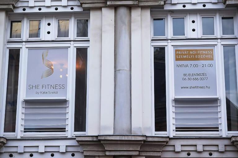 SHE Fitness terem Székesfehérvár kirakat